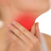 A torokfájdalom naturális ellenszerei: zsálya, fokhagyma, kamilla, pemetefű