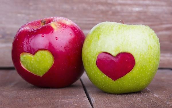 Egy piros és egy zöld színű alma, mindkettőn egy szív alakú bemetszés, melyet a másik alma színéből pótoltak.