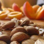 Sok-sok sárgabarackmag egy kupcban, belőlük vonták ki először a B15-vitamint.