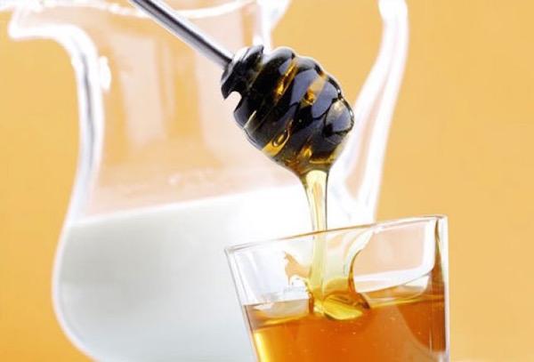 Egy pohár méz és egy kancsó tej.