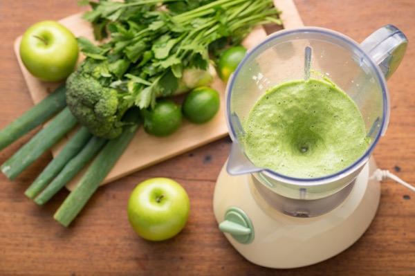 Klorofillt tartalmazó zöldségekből, gyümölcsökből frissen készült smoothie a turmixgépben.