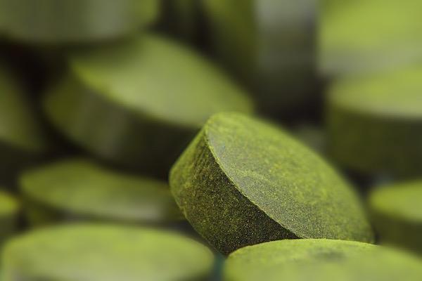 Spirulina alga tabletta formájában, makrofotó.
