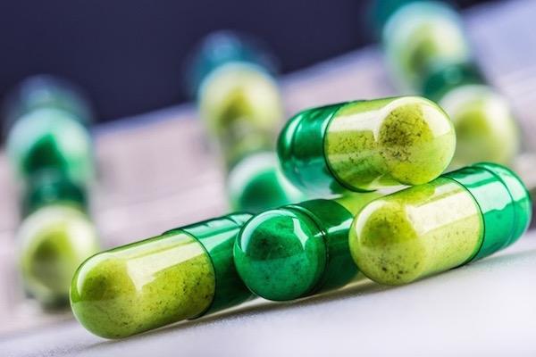Cinket tartalmazó étrend-kiegészítő zöld kapszulában.