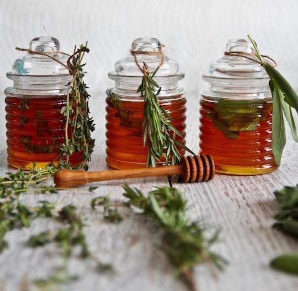 Fűszernövényes mézkülönlegességek helyes kis üvegekben: citromfüves, rozmaringos és zsályás méz.