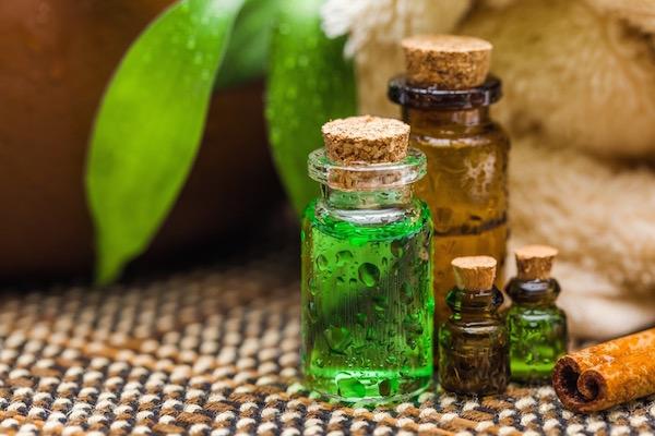 Teafaolaj különféle méretű és színű üvegcsékben.