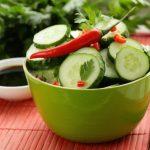 Zöld tálkában korianderes uborkasaláta chilipaprikával.
