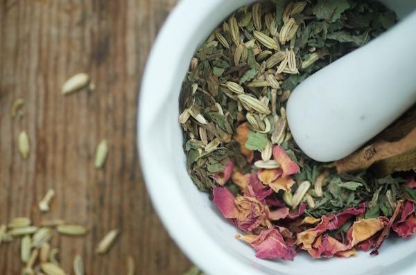 Elalvást segítő gyógynövényes teakeverék mozsárban.