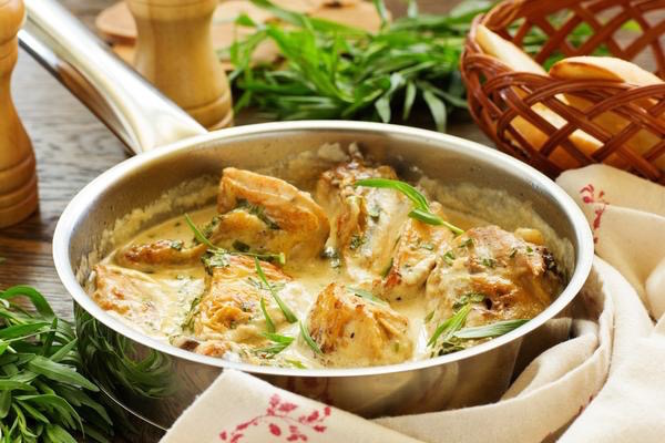 Tárkonyos csirke tejszínes szószban egy serpenyőben.