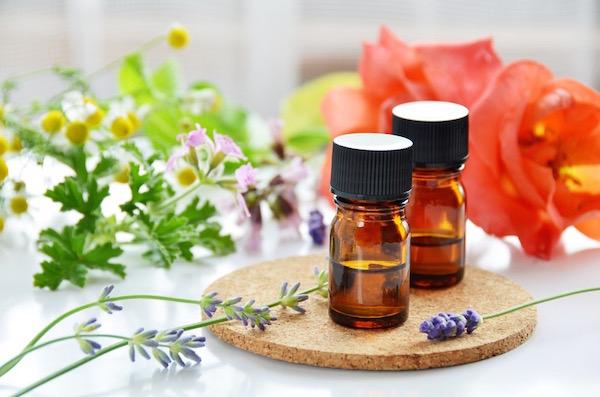 Gyógynövénykivonatot tartalmazó olajak fejfájás kezelésére.