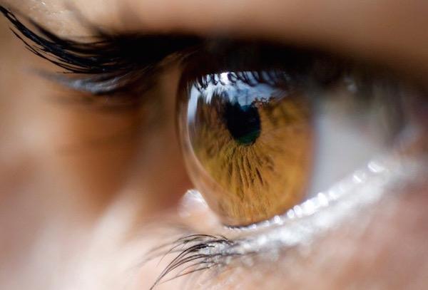 Barna színű női szem oldalnézetből.