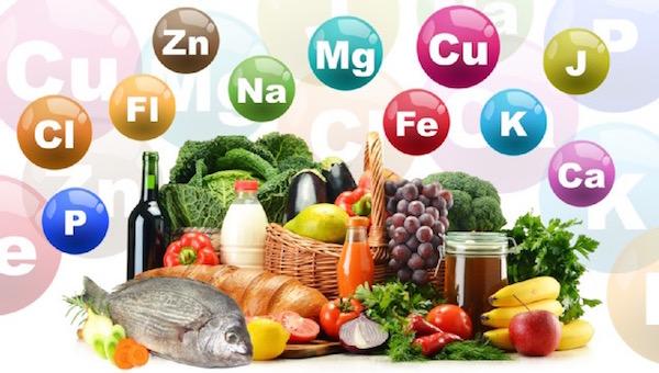 Különféle élelmiszerek, felettük színes körökben többféle nyomelem és ásványi anyag kémiai jelölése.