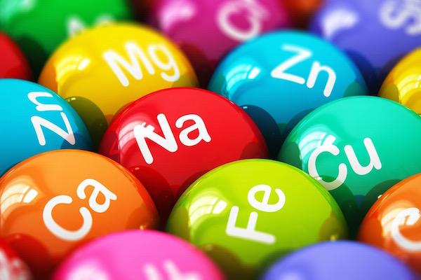 Különféle mikroelemek rövidítése színes gömbökre festve.