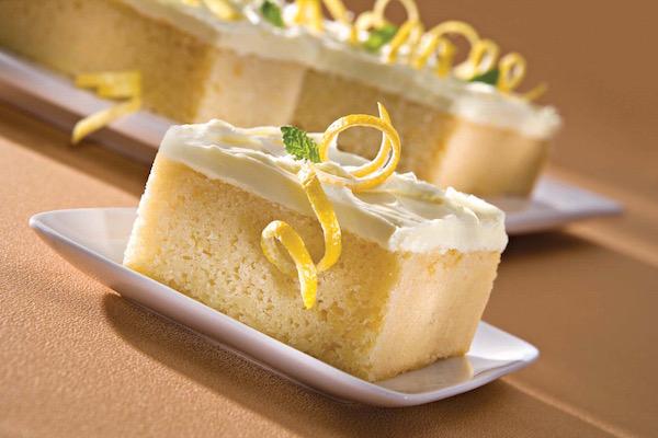 Citromfűlevéllel és citromhéjjal díszített citromos sütemény.