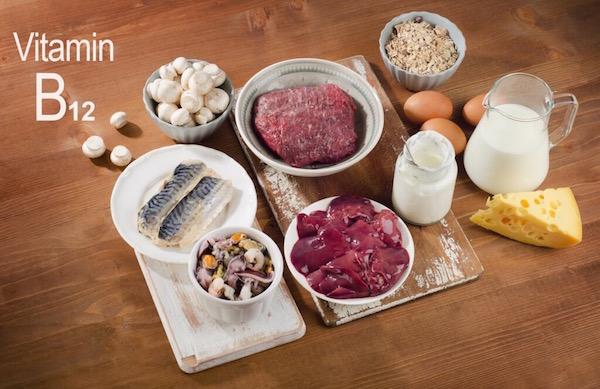 B12-vitamint tartalmazó élelmiszerek egymás mellett.
