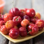 Egy tál friss barbadosi cseresznye, azaz acerola.