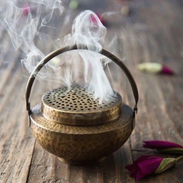 Keleti füstölő, benne kiáramló aromás füsttel.