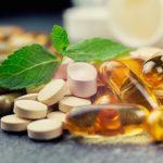 Különböző fajtájú, színű és formájú vitaminkészímények egymás mellett.