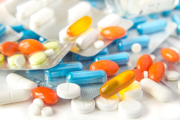 Színes vitaminok és étrend-kiegészítők egymáson.