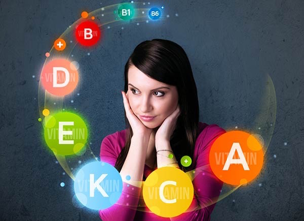 Fiatal nő feje körül képzeletbeli körgyűrű, tele színes vitaminokkal.