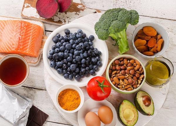Agyi funkciókat serkentő, javító ételek: áfonya, mandula, dió, olívaolaj, avokádó, lazac, tojás, kurkuma, brokkoli, paradicsom, cékla, étcsokoládé, aszalt sárgabarack, zöld tea.