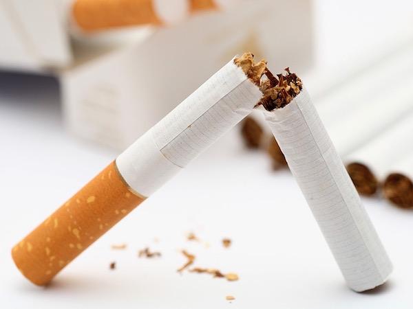 Kettétört cigaretta jelképezi a dohányzásról való leszokást.