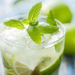 Jeges limonádé lime-mal, jégkockákkal és mentával.