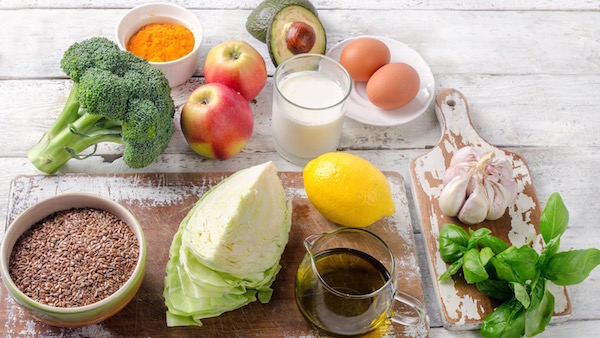 Májra kedvezően ható élelmiszerek: káposzta, olívaolaj, fokhagyma, brokkoli, alma, kurkuma, tej, avokádó, tojás, citrom.
