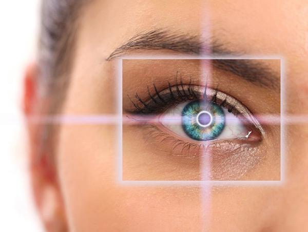 Makrofelvételen egy hölgy zöld szeme, melynek közepében egy téglalap fókuszát vetítették.