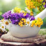 Színes virágok egy mozsárban.
