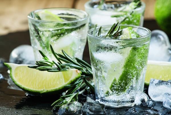 Gyógynövényes tonik lime-mal és jégkockákkal.