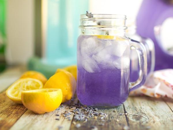 Levendulás limonádé citrommal és jégkockákkal.