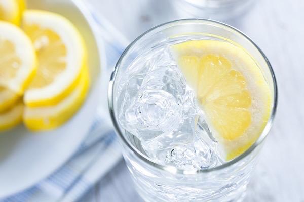 Egy pohár jeges vízben egy fél citromkarika.