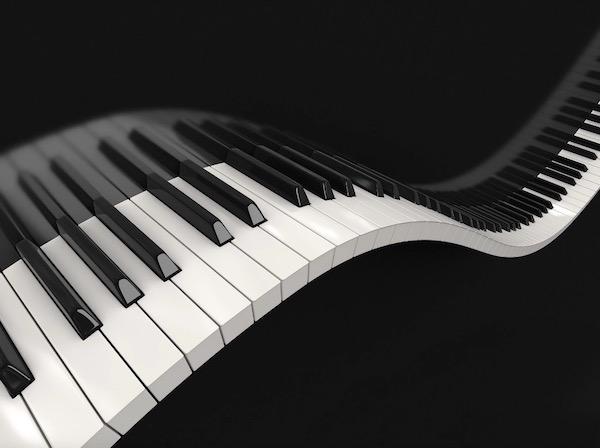 Zongorabillentyűzet ívesen megtörve a tükörképével együtt.