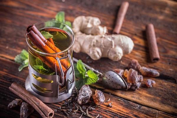 Tél fűszeres forró tea fahéjjal, gyömbérrel, mentával, kandiscukorkával.