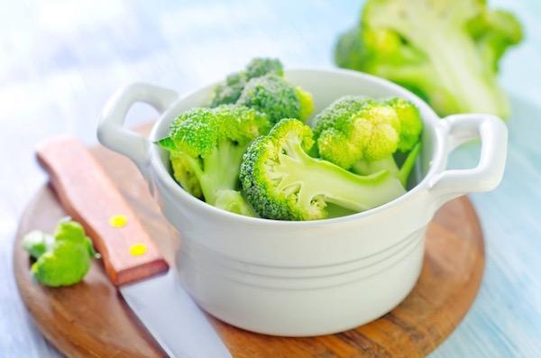 Fehér, kis füles edényben brokkolirózsák.