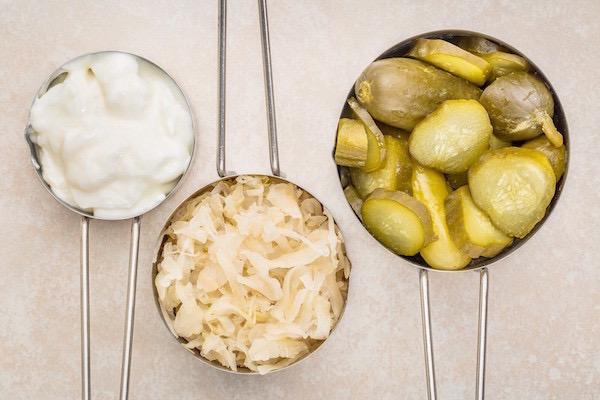Fermentált élelmiszerek: savanyú káposzta, joghurt és savanyú uborka.