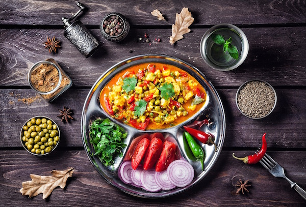 Tipikus indiai ételek az ájurvéda étkezési szabályainak megfelelően.