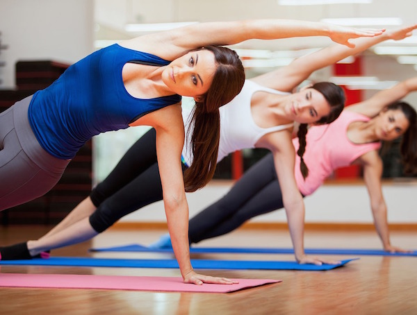 Pillanatkép egy csoportos jógaóráról.