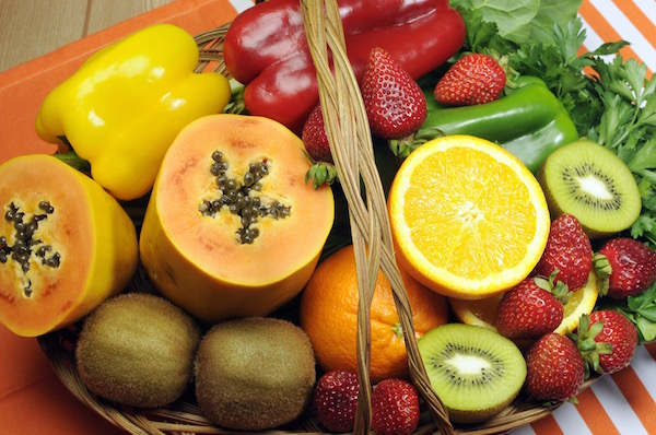 C-vitaminban gazdag gyümölcsök és zöldségek: eper, narancs, kivi, paprika, papaya.