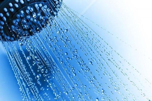 Zuhanyrózsából kijövő vízcseppek.
