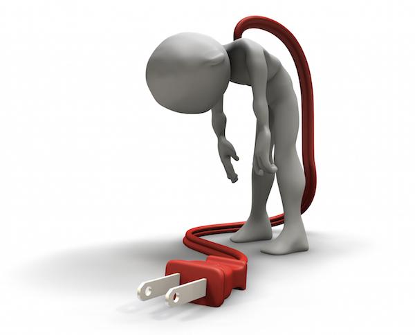 Krónikusfáradtság-szindrómában szenvedő emberke, kinek a hátából piros vezeték lóg ki, melyet töltőre lehet tenni.