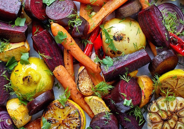 Grillezett zöldségek, gyümölcsök friss fűszernövényekkel megszórva.