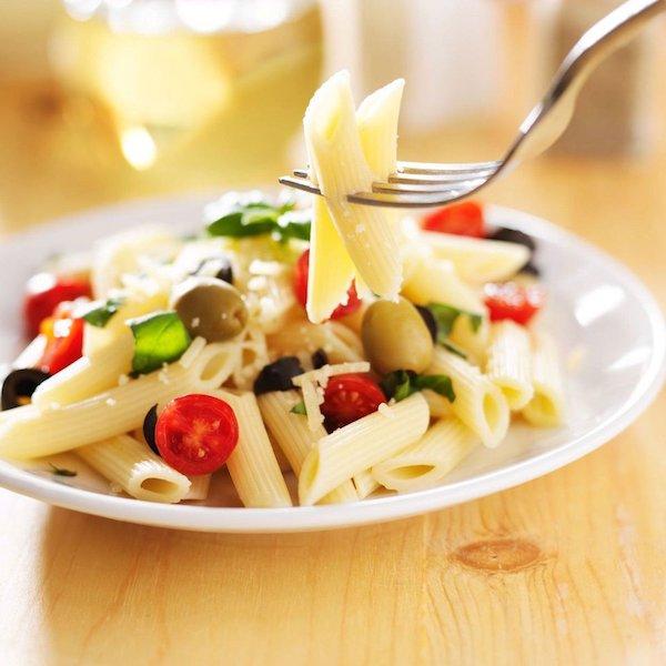 Olasz tésztából egy falatnyit szúr valaki a villájára.