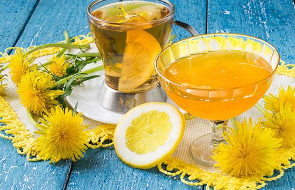 Gyermekláncfű sárga virágai és a belőle készült tea citromkarikával.