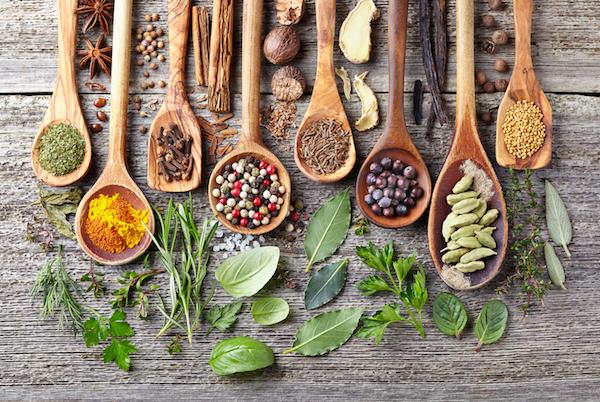 Candida gombára ható gyógy- és fűszernövények egymás mellett.
