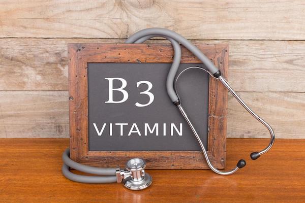 B3-vitamin egy kis fekete táblán fakeretben.