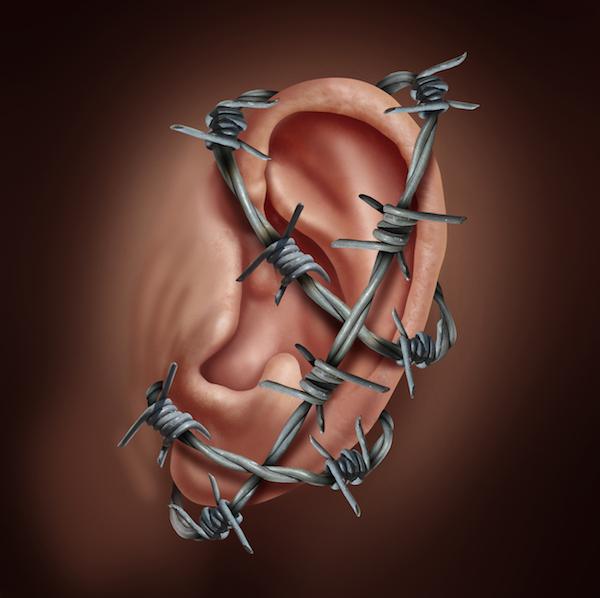 Szögesdrót hálózza át a fület, komoly fülbetegségre utalva.