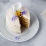 A húsvéti asztal finomságai: gyermekláncfüves saláta és torta