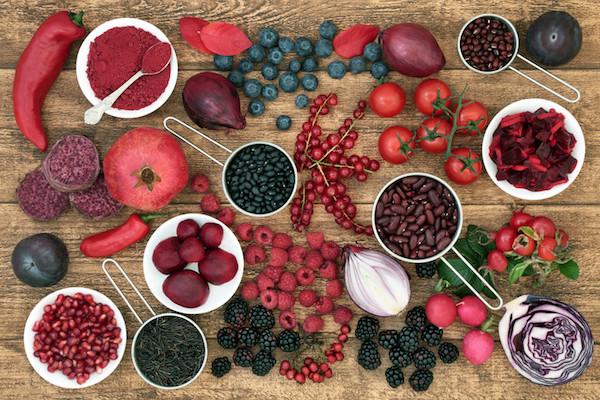 Rengeteg antociánt tartalmazó kék, vörös és lila színű gyümölcsök, zöldségek egymás mellett.
