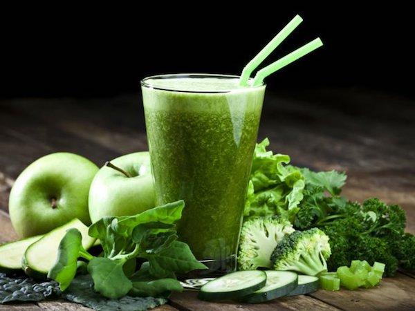 Zöldturmix csupa egészséges összetevőből: uborkából, brokkoliból, zöldalmából, madársalátából, zellerből.